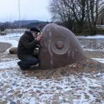 2012. gads. Mākslinieks Ojārs Feldbergs skulptūras atklāšanā.