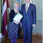 """""""Indānu"""" saimniece Signe Ezeriņa un Latvijas prezidents Raimonds Vējonis """"Zaļā sertifikāta"""" pasniegšanas ceremonijā 2015.gada 30.oktobrī, Mežotnes pilī."""