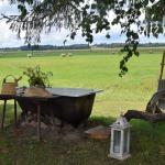 ...tikmēr mazgāties var čuguna vannā, baudot lauku ainavu