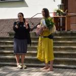 Atsvaidzināt apģērbu palīdzēs modes māksliniece Danuta Ābele (pirmā no kreisās)