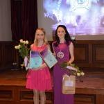 ( no kreisās) Daina Krūmiņa no Zantes pamatskolas un Elizabete Heinsone no Cēres pamatskolas