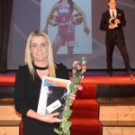 """Nominācijā """"Gada sportiste"""" balvas pasniedza Kultūras un sporta pārvaldes vadītājas vietnieks sportā Roberts Rozentāls. Pateicības saņēma māsas basketbolistes Dina un Dita Rozenbergas"""