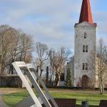 2019. gads  Kandavas ev. lut. baznīca un saules pulkstenis. Foto: Daiga Rēdmane.