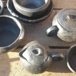 Pieejamas bļodas dažādos izmēros. Trauki trīs vienā- Podiņš, sautējamais trauks un lejamais trauks.Tajos var sautēt dārzeņus, gaļu u.c.Svēpētā keramika, slāpētā keramika, melnā keramika, roku darbs, hand made, craftman, ceramica, food fired, Latvia, Kandavas keramikas ceplis
