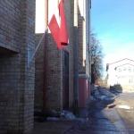 """http://visitkandava.lv/skulptu... Kultūras nama aizvējā Jurģa Muskas skulptūra """"Rijīgais"""" (pa kreisi). Kandavas novada dome (pa labi)."""