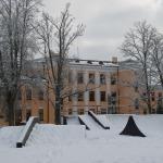 Kandavas Vecās K.Mīlenbaha vidusskolas ēka pie skeitparka. Foto: Daiga Rēdmane