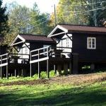 Zviedru cepures mājīgie koka namiņi nakšņošanai Abavas senlejas nogāzē